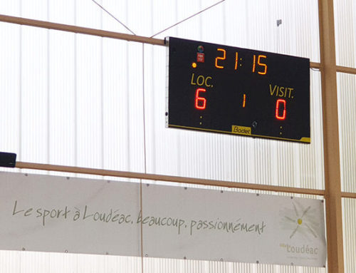 Tableaux chrono et score dans le gymnase de Loudéac
