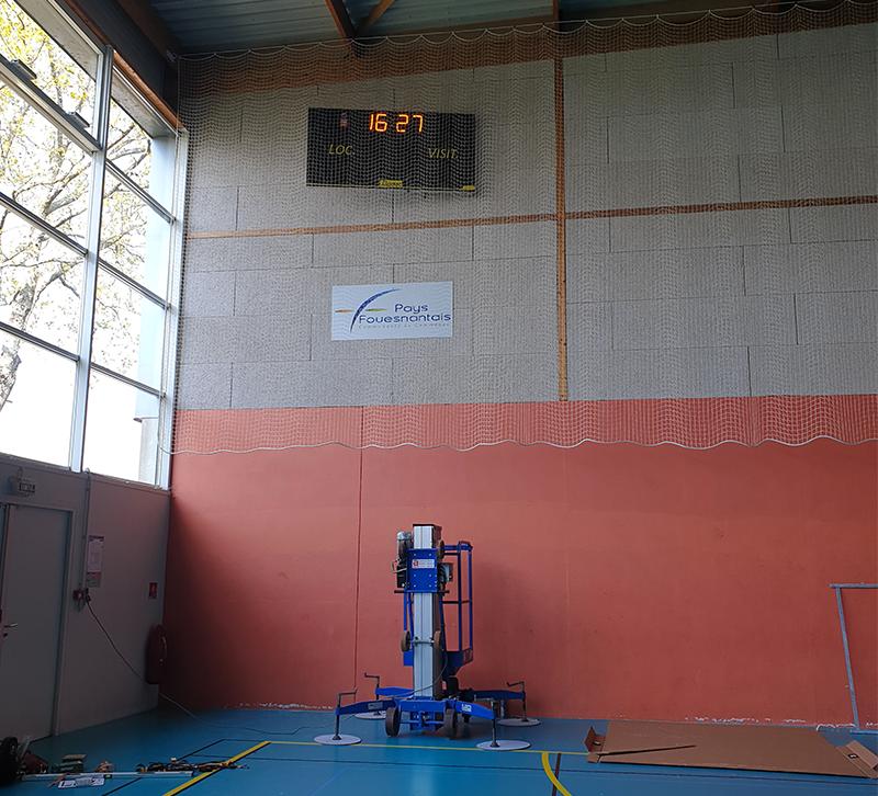 Nacelle pour la pose de panneaux d'affichage sportif dans un gymnase